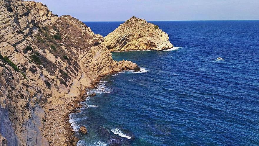 Rescatados cinco amigos de una embarcación que naufragó en Xàbia