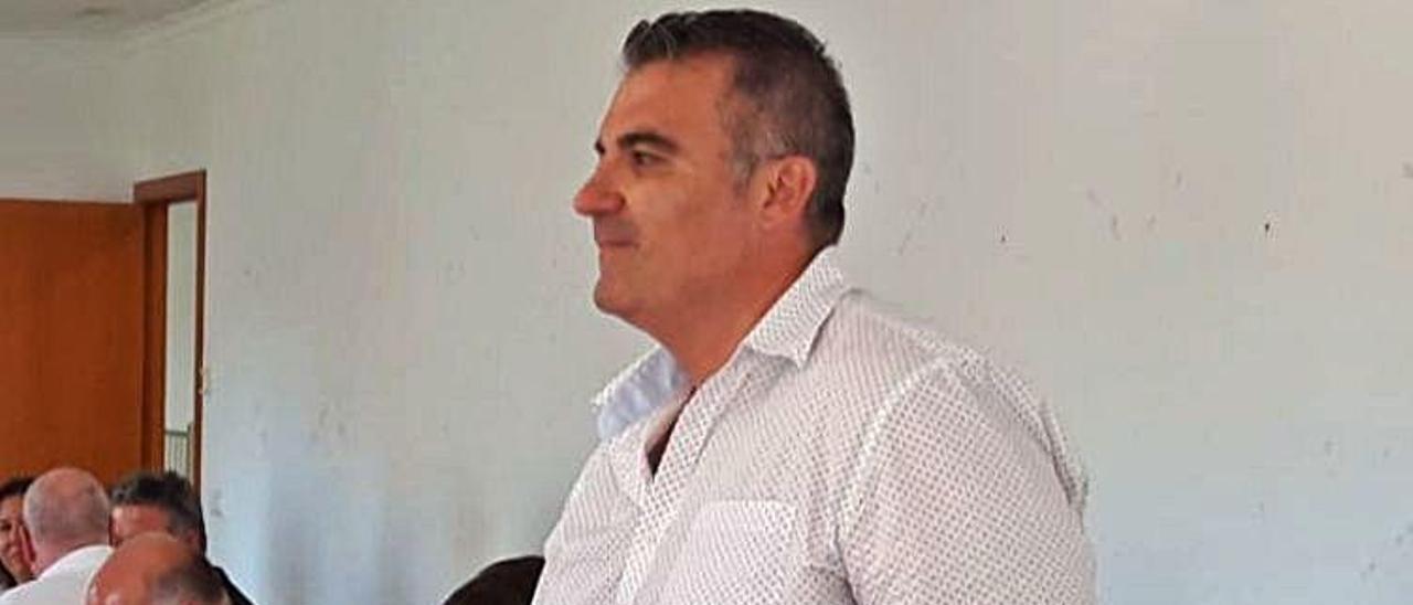 Francisco Escrivà, de pie, junto a su compañera Yolanda Pastor.