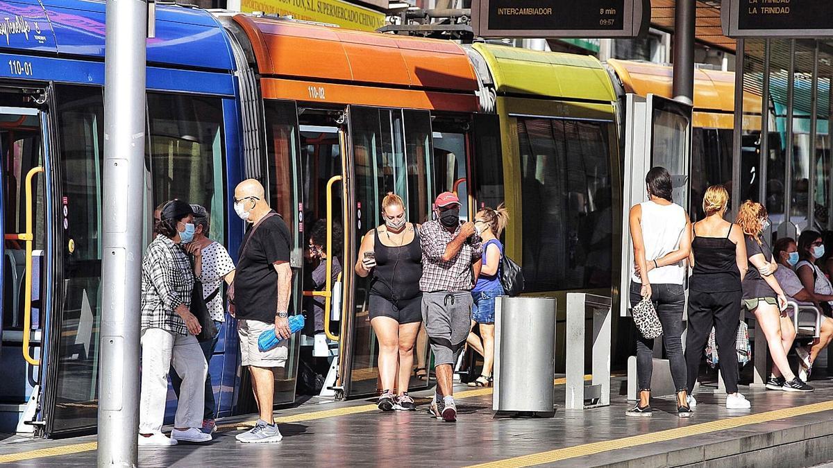 Usuarios del tranvía del área Metropolitana de Tenerife.     MARÍA PISACA