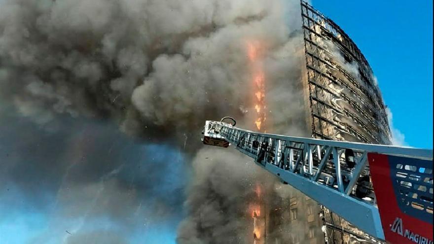 L'espectacular incendi que ha cremat un edifici sencer a Milà