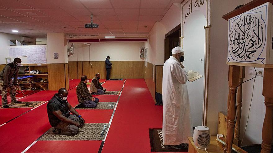 «La covid nos ha obligado a dividirnos  para rezar en la mezquita del Puerto»
