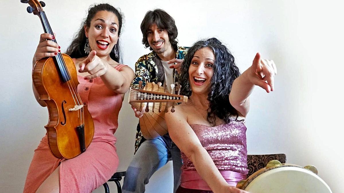 Ariana Barrabés  (derecha) y sus  compañeros  de Evoéh. L.O.