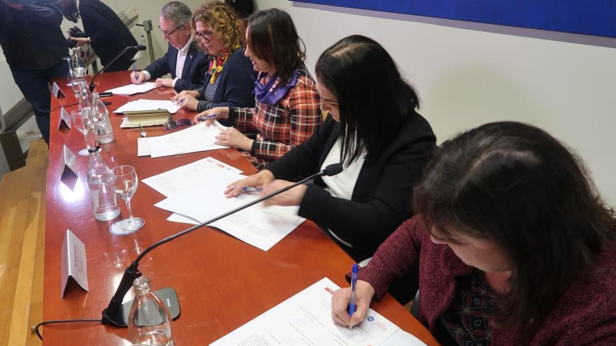 Firma de la declaración conjunta entre la Generalitat Valenciana, ACPP, UGT-PV, CCOO-PV y UGTT.