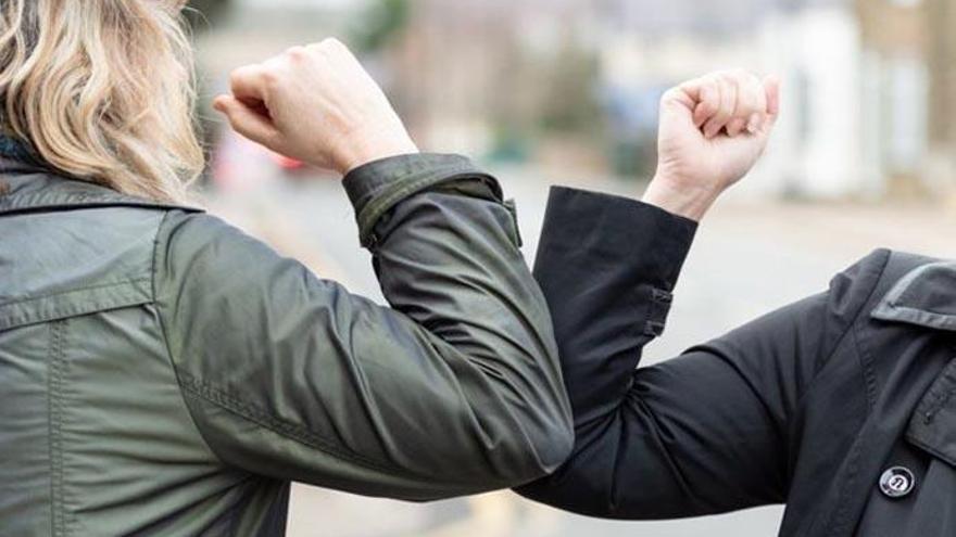 La OMS pide evitar saludar con el codo: esta es la forma idónea para el organismo