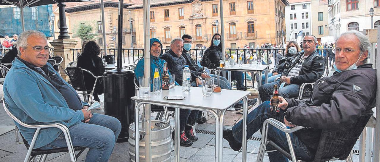 Un grupo de turistas portugueses, en dos mesas en la plaza de la Catedral. Por la izquierda, Luis Brito, Pedro Costa, Ernani Silva, Felipe Ferreira, Adriana Vasconcelos, Sofía Márquez, Luis Bombeiro y Fernando Noroña.