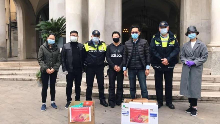 Un empresari xinès dona 1.500 guants i mascaretes a Girona i Figueres