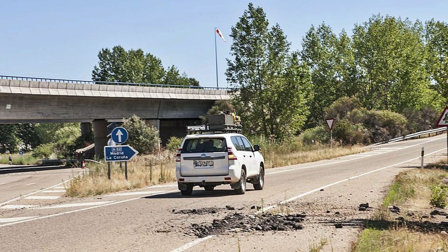 """Fomento reparará en unos días el """"cráter""""  del ramal a la autovía A-52 en Villabrázaro"""