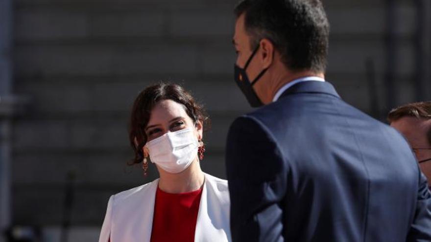 Frío saludo entre Ayuso y Sánchez tras la alarma