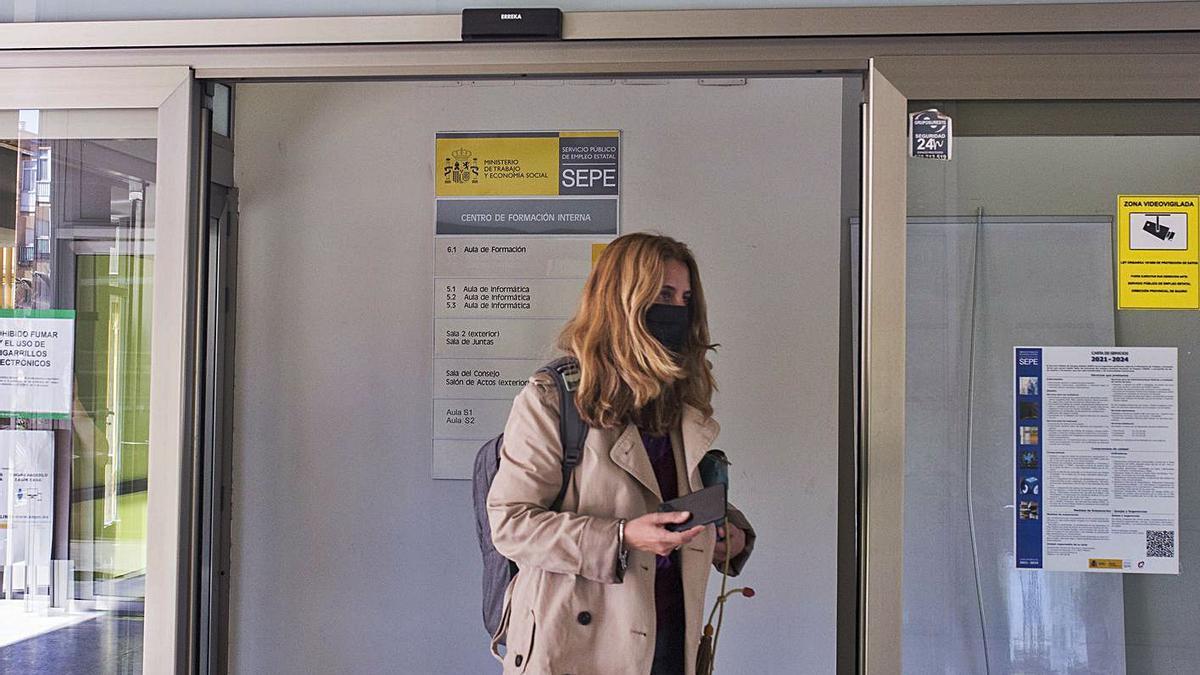 Una joven en la entrada de una oficina del Servicio de Empleo Público Estatal.