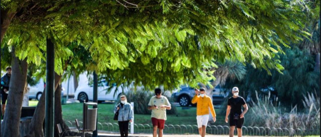Varias personas transitan por el Parque Romano en una imagen de archivo.