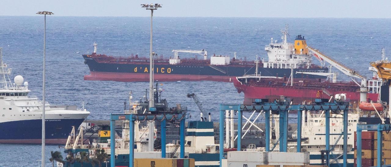 El barco Cielo di Hanoi, que sufrió un brote de covid a bordo, fondeado en el Puerto de Las Palmas.