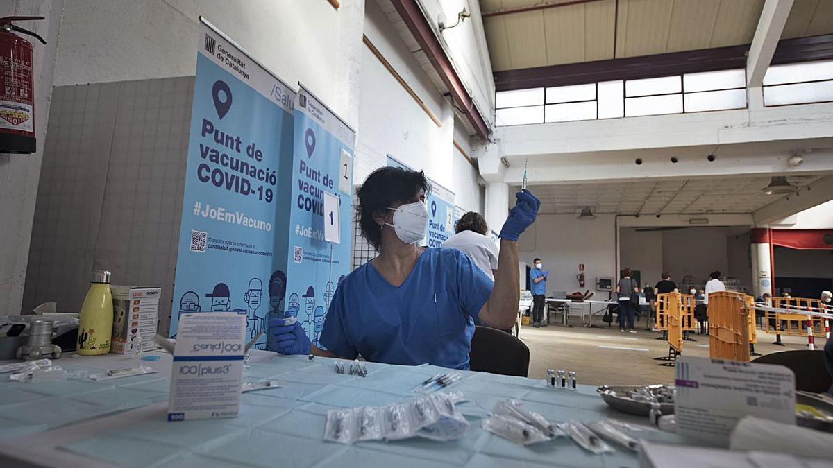 Preparació del vaccí contra la covid al Palau Firal de Manresa, punt de vacunació   ARXIU/MIREIA ARSO