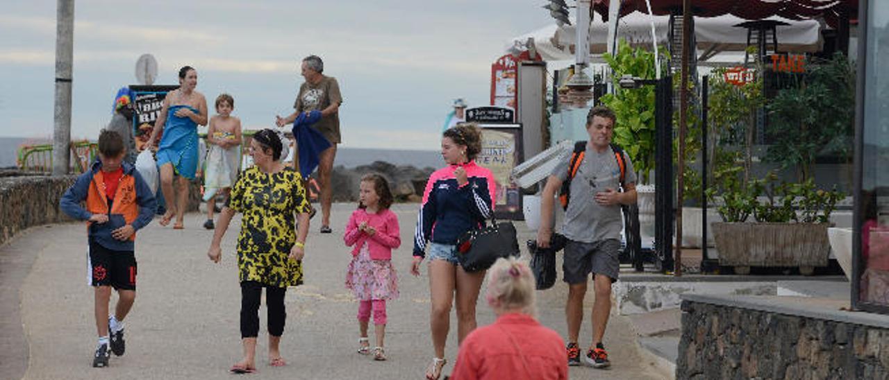Turistas, ayer, en la avenida de Las Cucharas, en la localidad de Costa Teguise.
