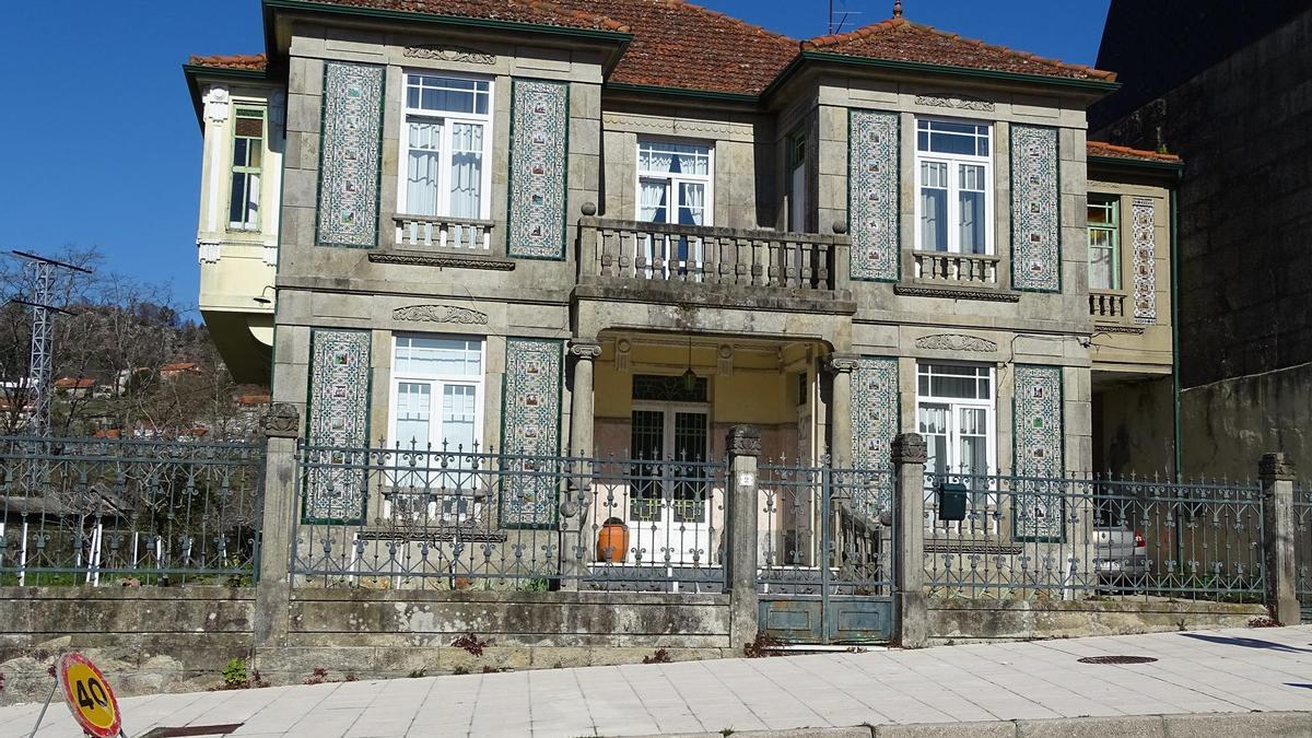 Casa de Carmen Couto,  la más grande de la ruta y con dos capiteles jónicos flanqueando su entrada.