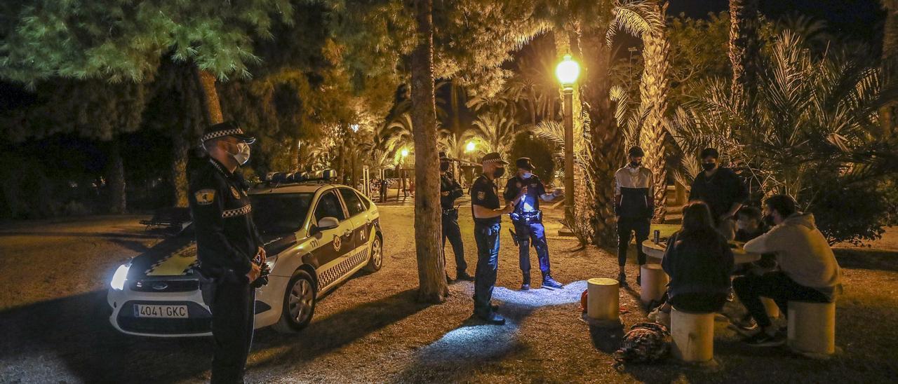 Una patrulla de la Policía Local de Elche inspecciona un parque, en un control en las últimas semanas.