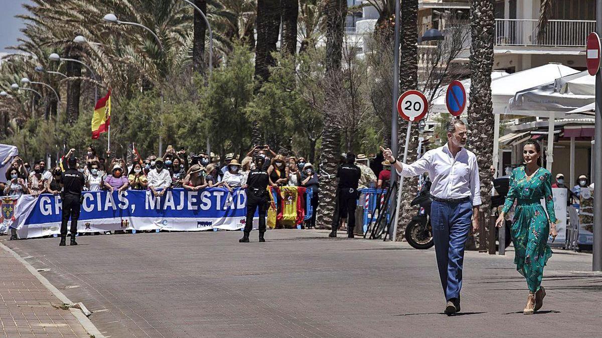 Los Reyes pasean por la Playa de la Palma.