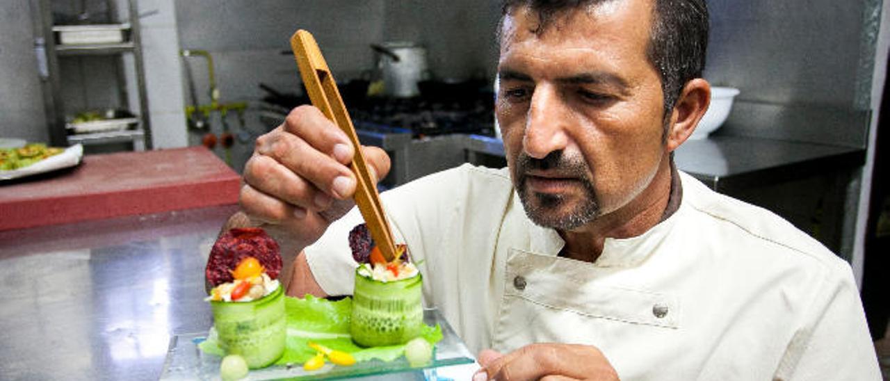El chef majorero, Marcos Gutiérrez, da el último toque a una de sus creaciones culinarias.