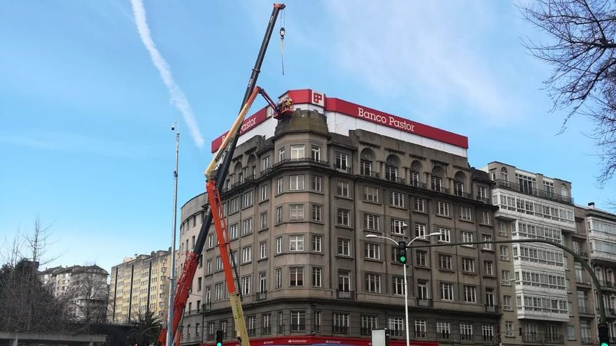 Cae una plancha de metacrilato de lo alto de un edificio de Cuatro Caminos