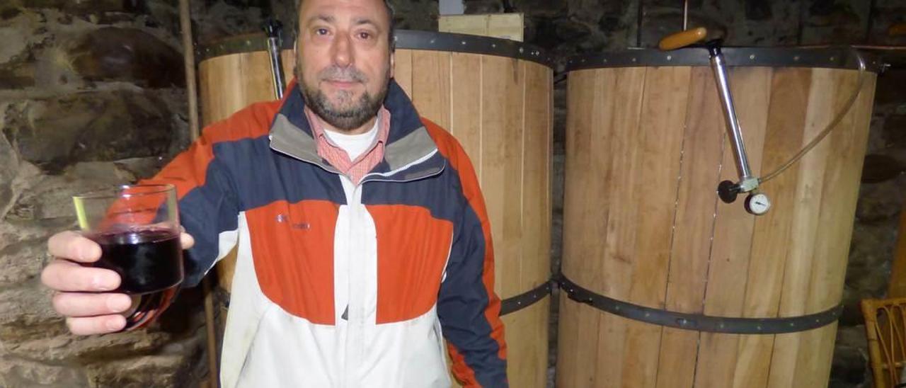 Fernando Zamora con un vaso de su vino, en su bodega de Lantero.
