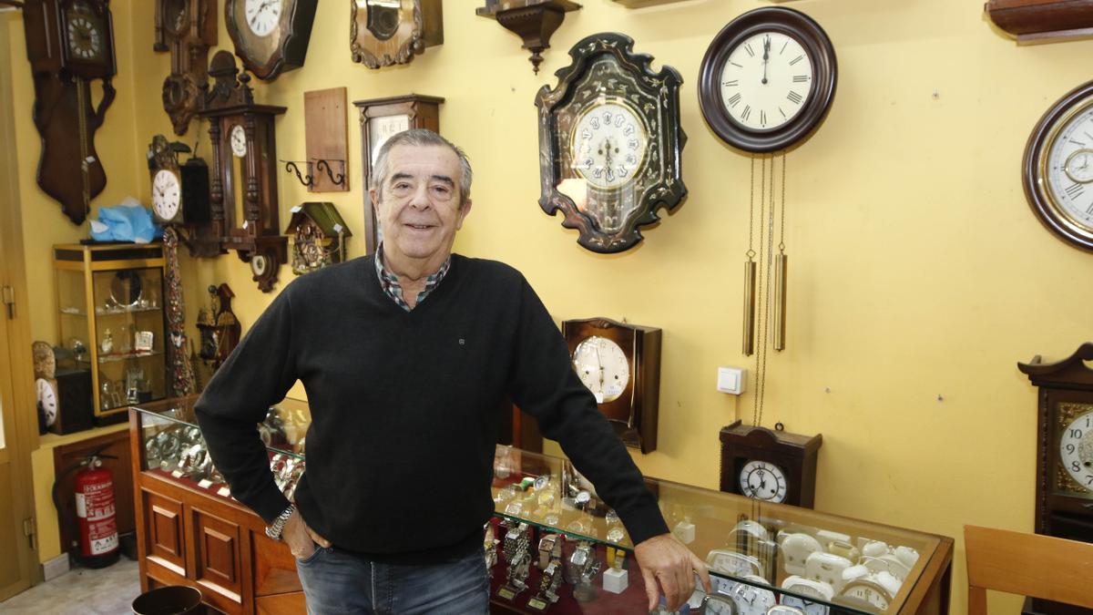 Gerardo Alonso cuenta con más de medio siglo de trayectoria en la reparación y restauración de relojes, un oficio que aprendió de su abuelo.