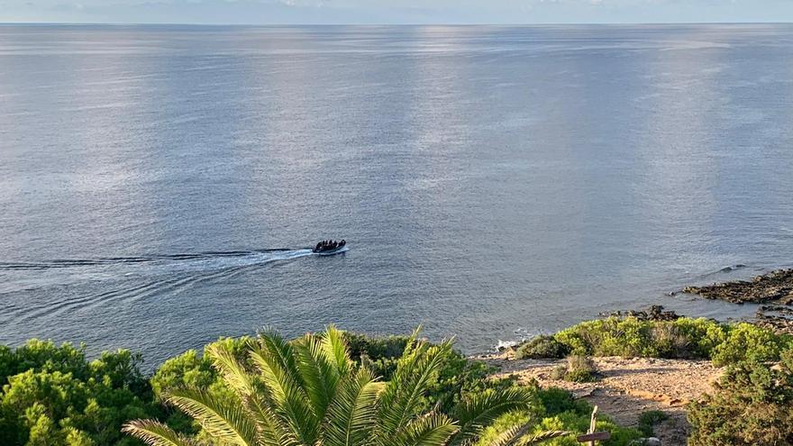 Vídeo de una patera con 16 tripulantes llegando esta mañana a Formentera
