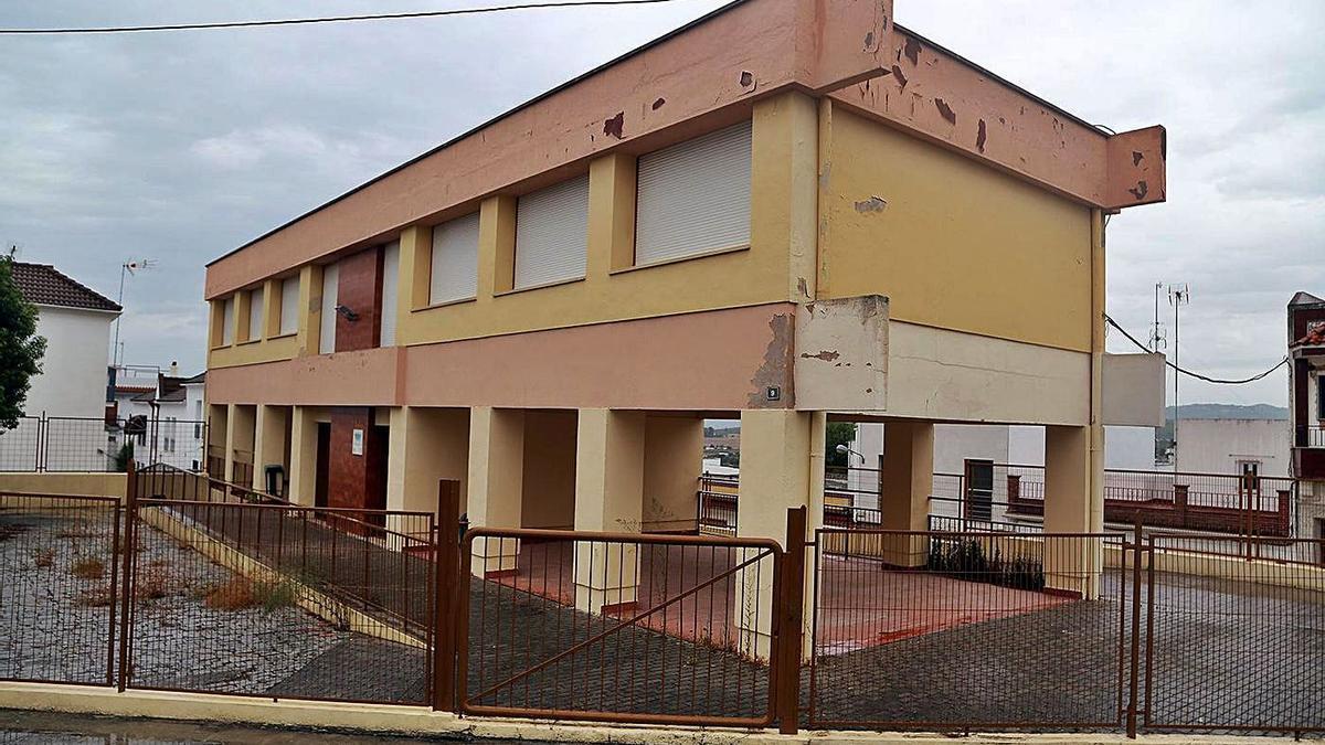 El antiguo parvulario se sitúa en la confluencia de la calle Ernesto Olivares con la avenida del Marqués de la Vega.