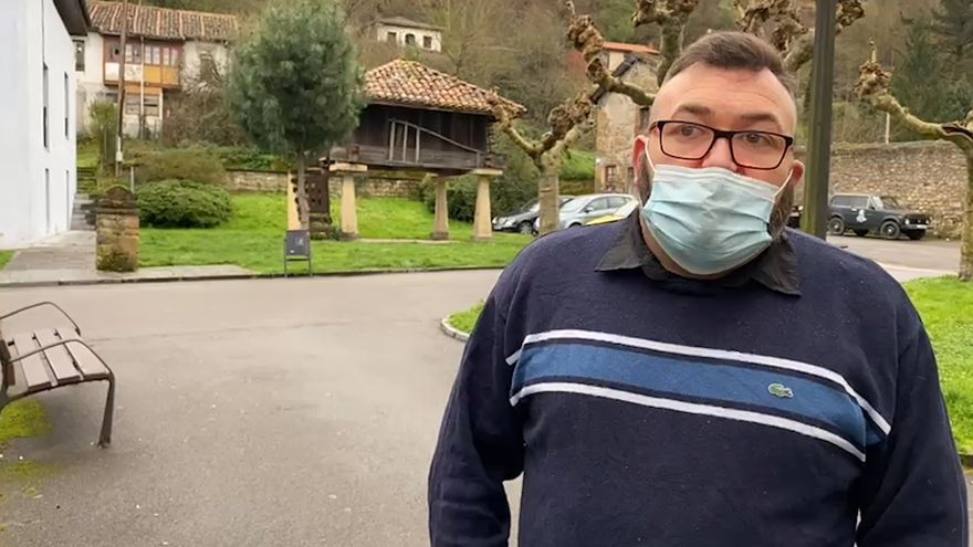"Celso González, Ciaño: ""Pasé de trabajar en la construcción a ser auxiliar de enfermería"""