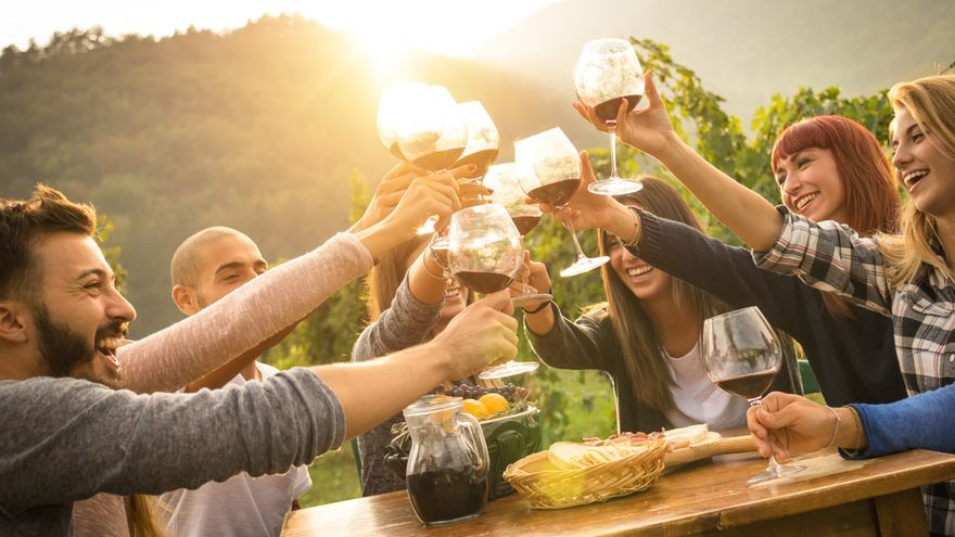 Cinco planes con vino y amigos para sobrellevar el fin de las vacaciones