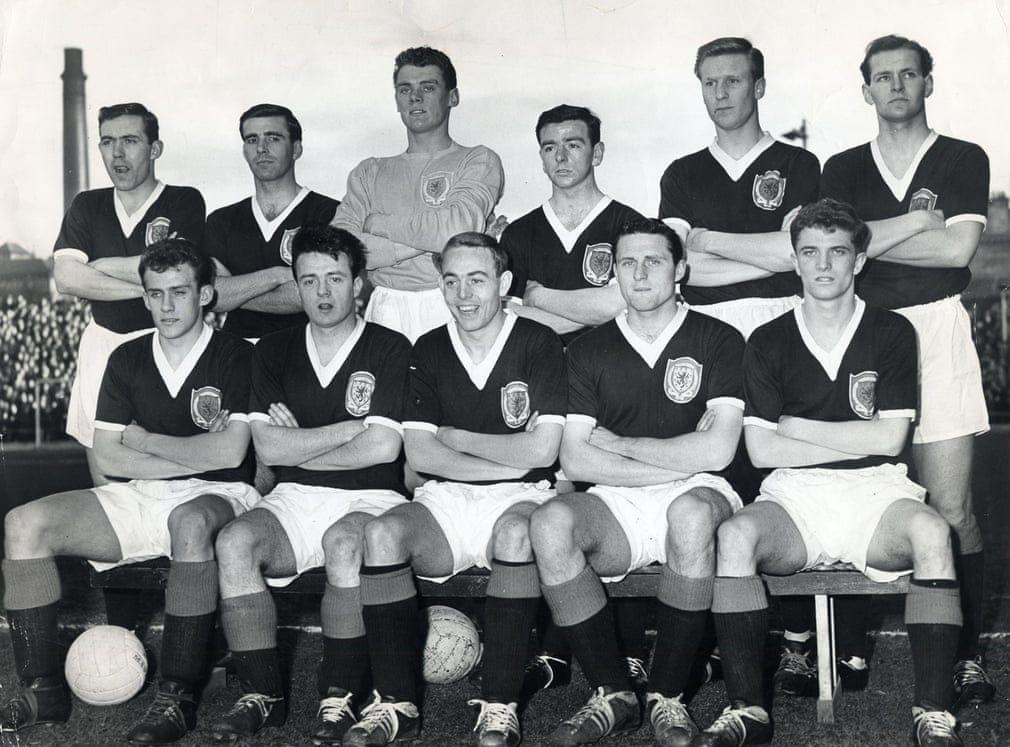 St John, abajo en el centro, con la selección de Escocia en 1960.