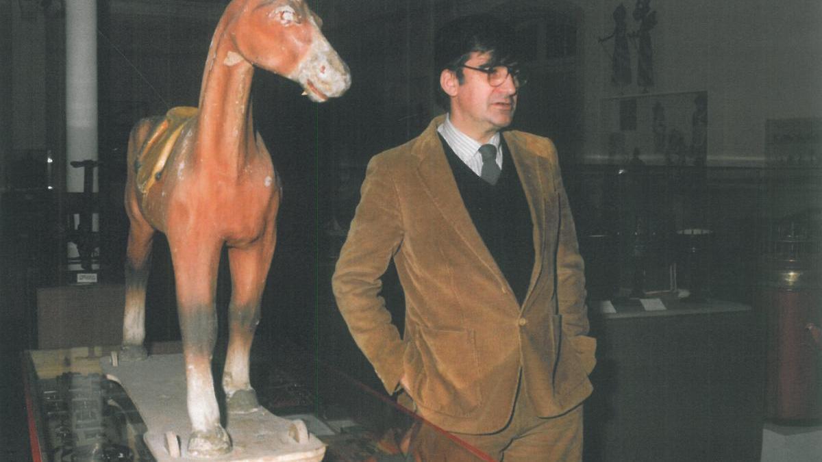 Ernest Lluch al costat del cavall de cartó cedit al museu.