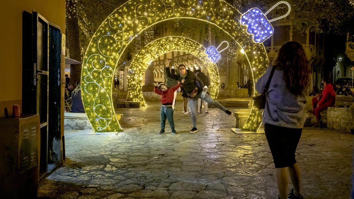 Los arcos de luz de la plaza del Mercat, una de las novedades de las luces de Navidad de Palma
