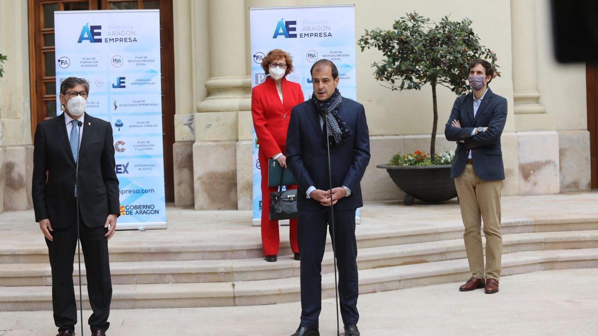 El vicepresidente de Aragón, Arturo Aliaga, y el director general de Amazon Web Services (AWS) en España, Miguel Álava, esta miércoles en Zaragoza.