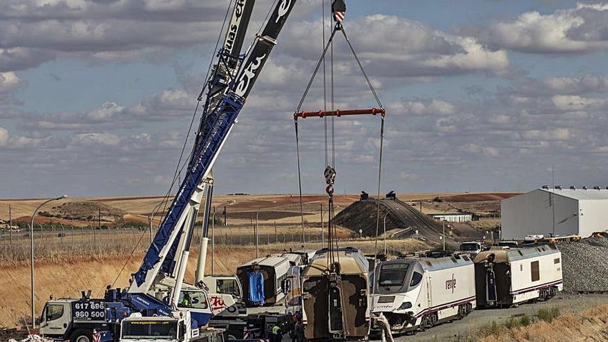 Retiran los últimos vagones del Alvia implicado en el accidente de La Hiniesta