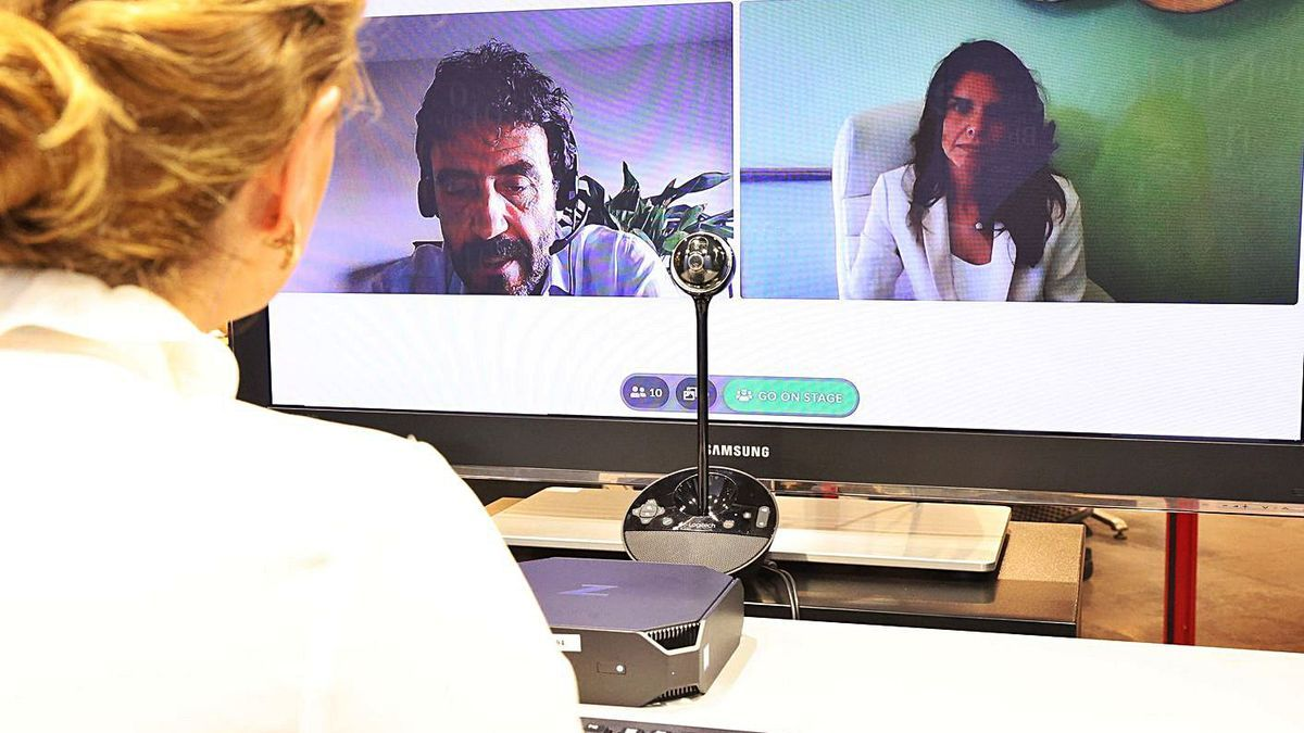 Juan Carlos Martínez Lázaro y Laura Galguera, ayer, en el Club Prensa Asturiana Digital. | Irma Collín