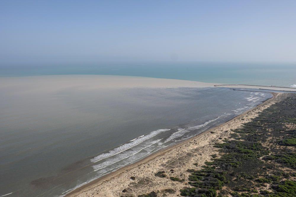 Desembocadura del río Segura en la que se puede apreciar el aporte de sedimentos al mar