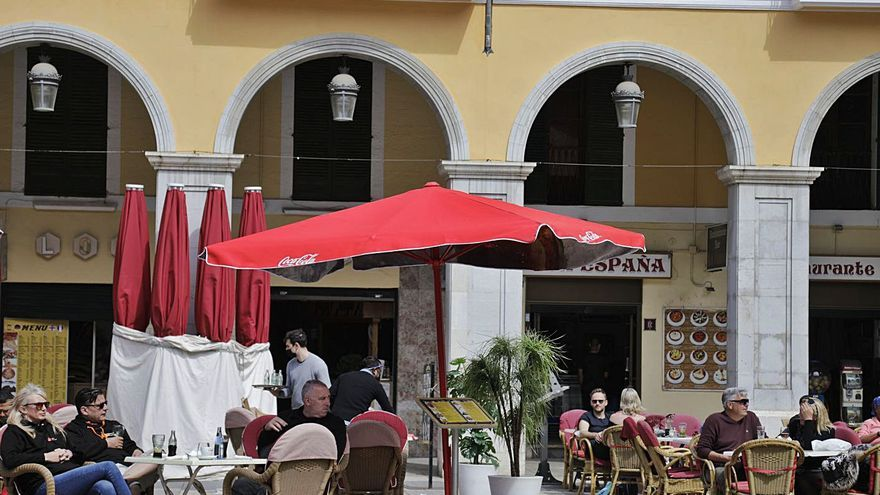 El Govern ampliará el horario y el aforo de las terrazas de los bares y restaurantes, pero no quiere abrir los interiores