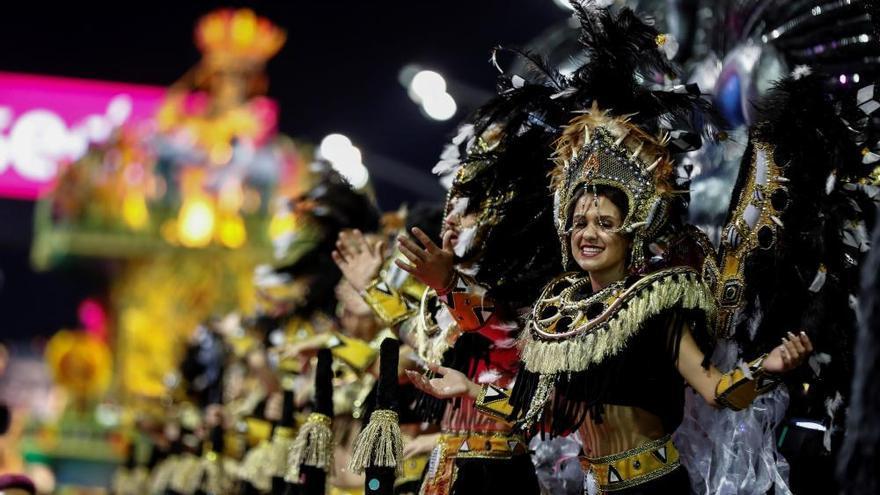 Brasil baila al ritmo de la samba en el inicio de Carnaval