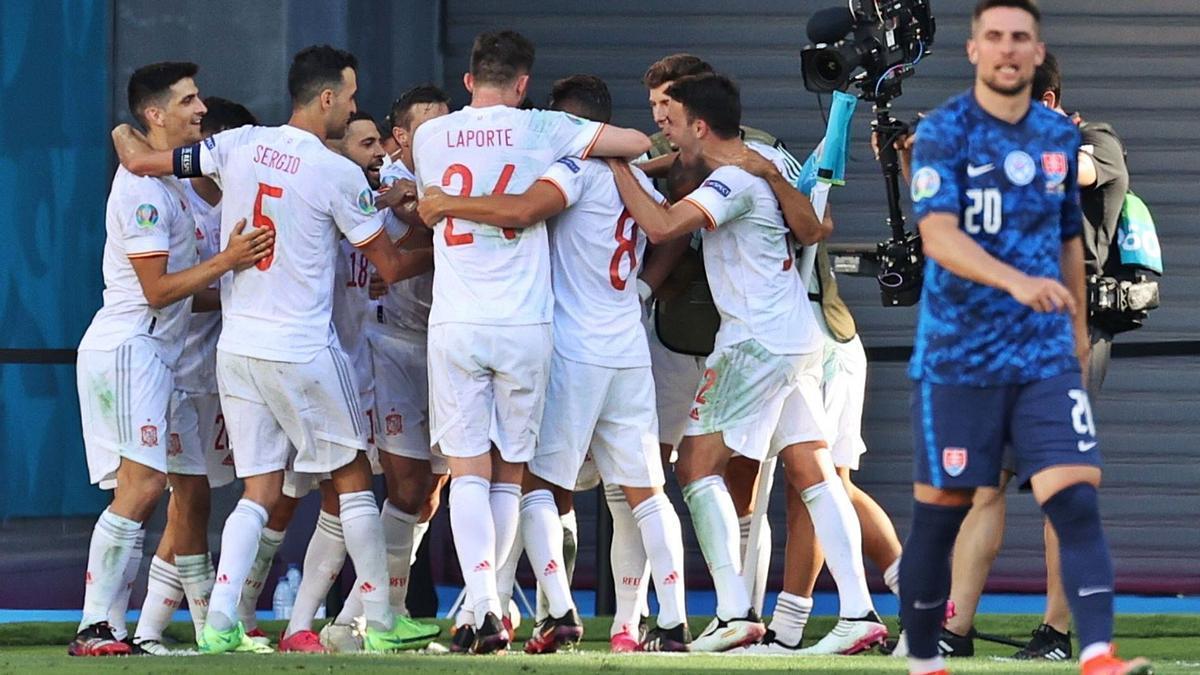 Els jugadors de la selecció espanyola celebren un dels cinc gols d'ahir contra Eslovàquia.