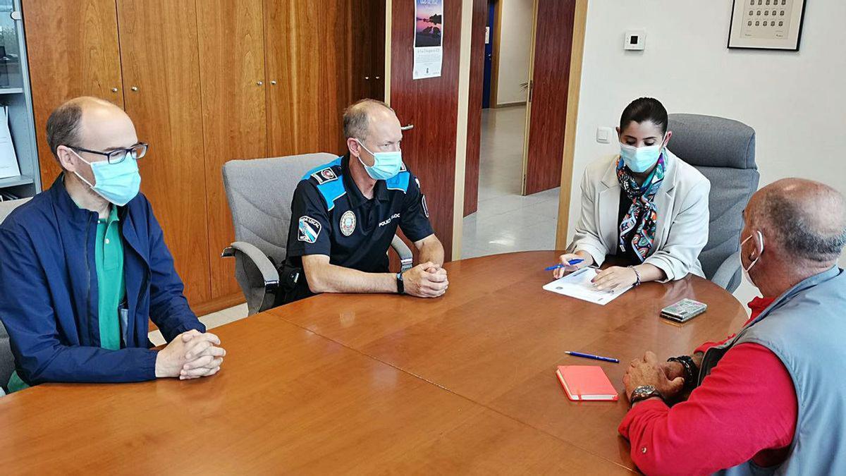 La alcaldesa, Leticia Santos, en la reunión de ayer con el jefe de Policía Local y portavoces.