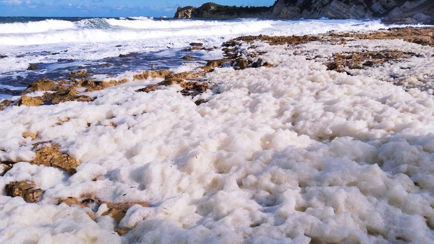 Llega el temporal: fuerte oleaje y un manto de espuma en Xàbia