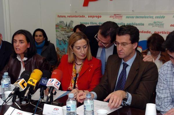 Mantilla saluda a Feijóo y  Ana Pastor en la sede del PP de Vigo. // Ricardo Grobas