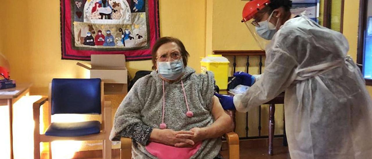 Amparo,  residente de Corona de la Estrela de Xàtiva, la primera vacunada de las tres comarcas   D.S. XÀTIVA-ONTINYENT
