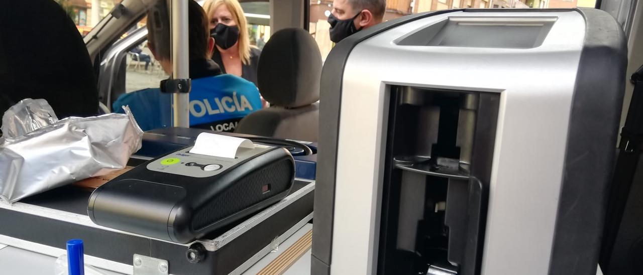 """El dispositivo """"drogotest"""" que utilizará la Policía Local de Langreo. Al fondo, la alcaldesa, Carmen Arbesú, y el edil de Personal, Javier Castro, atienden las explicaciones de un agente."""