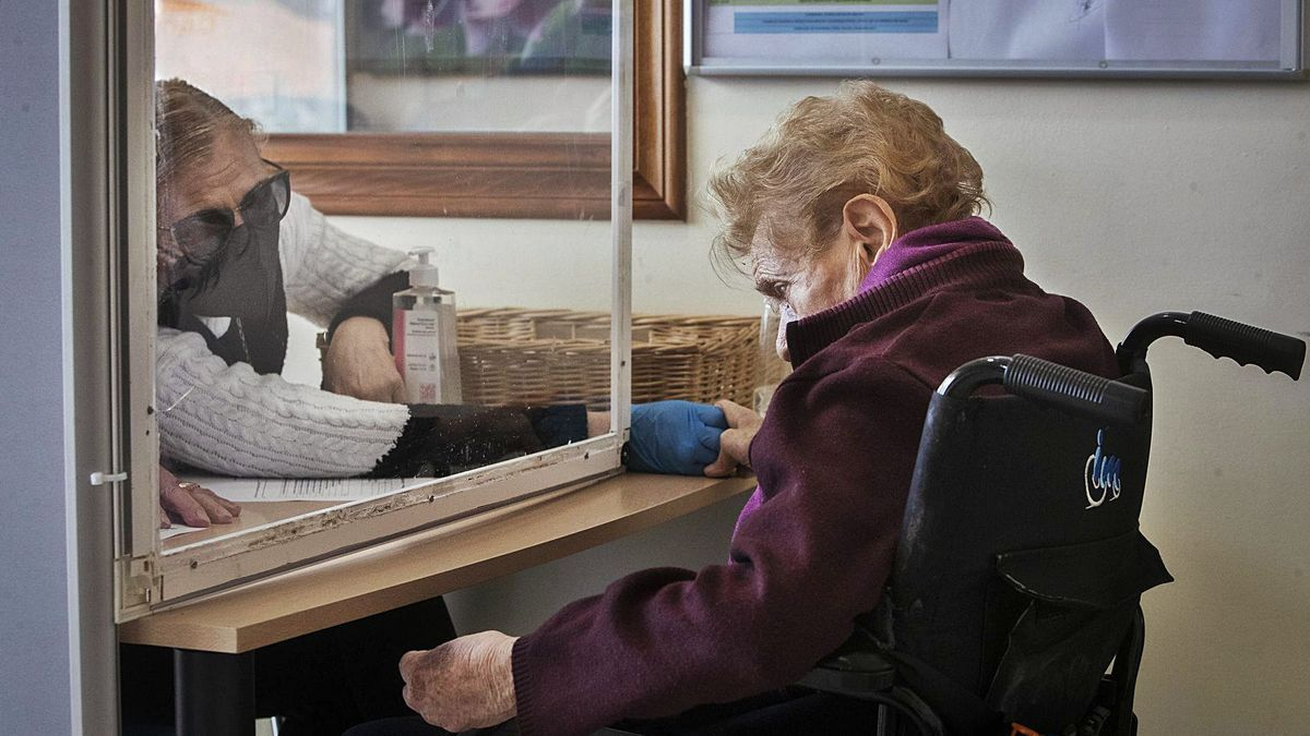 Las visitas de familiares en residencias se siguen realizando con una mampara de por medio como medida de distanciamiento.