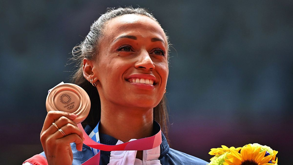 Ana Peleteiro, con la medalla de bronce. // EFE