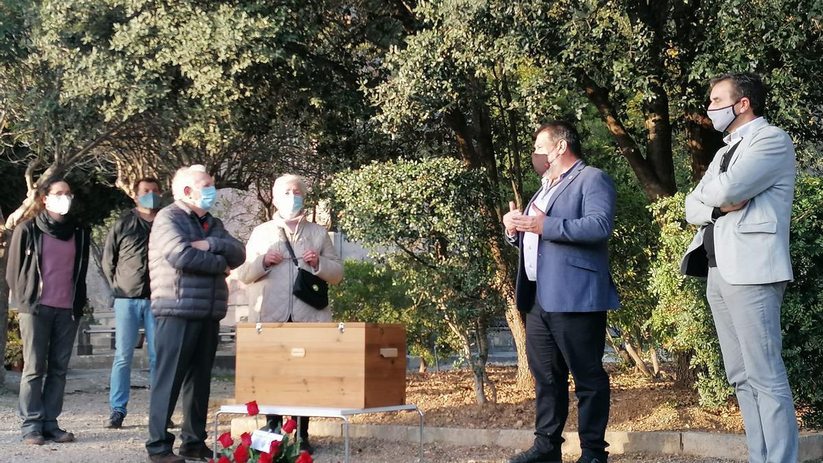 Imagen del acto privado celebrado hoy en Pollença para entregar los restos de tres víctimas a sus familiares.