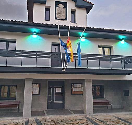 Banderas a media asta, ayer, en el Ayuntamiento de Illas.