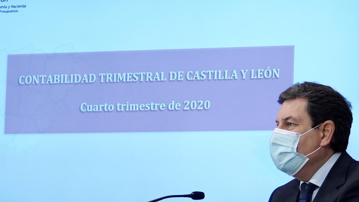 El consejero de Economía y Hacienda, Carlos Fernández Carriedo, presenta la Contabilidad Regional de la Comunidad.