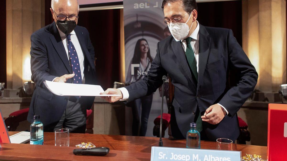 El ministro de Asuntos Exteriores, José Manuel Albares, y el exlíder de Unió Josep Antoni Duran Lleida.