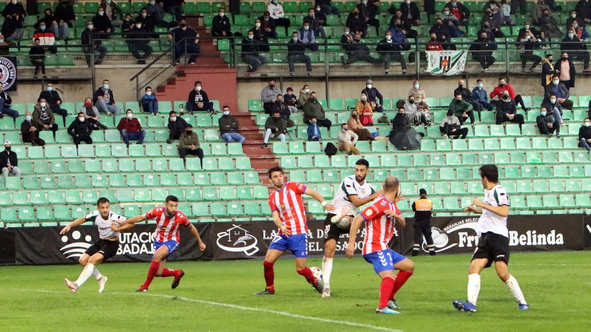 Una acción del último derbi entre el Mérida y el Don Benito en el estadio Romano José Fouto.